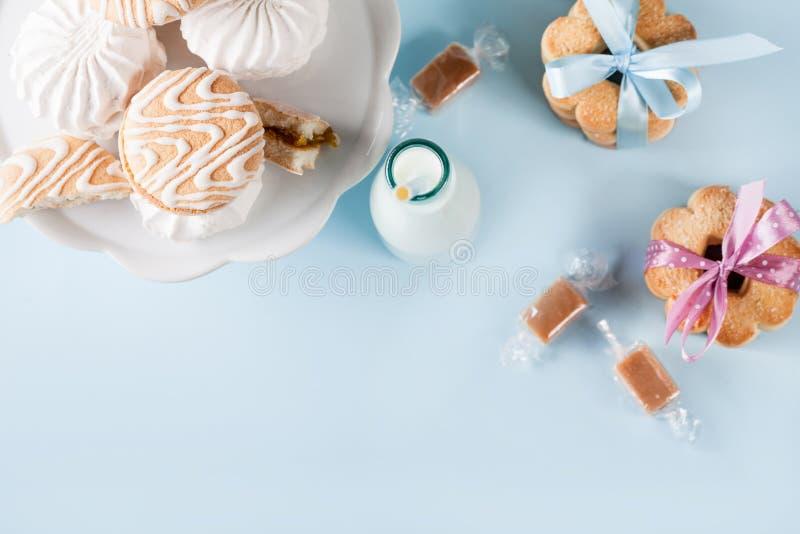Dziecko prysznic z ciastkami i prezentami, odgórny widok obraz stock