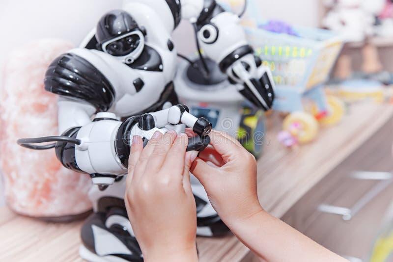 Dziecko przedłużyć rękę robot Pojęcie przyjaźń między robotem i dzieckiem obrazy stock