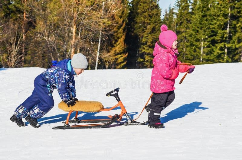 Dziecko przejażdżka na śnieżnej hulajnoga obrazy stock