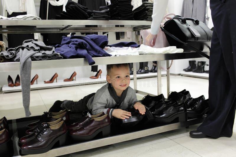 Dziecko przy obuwianym sklepem zdjęcia stock