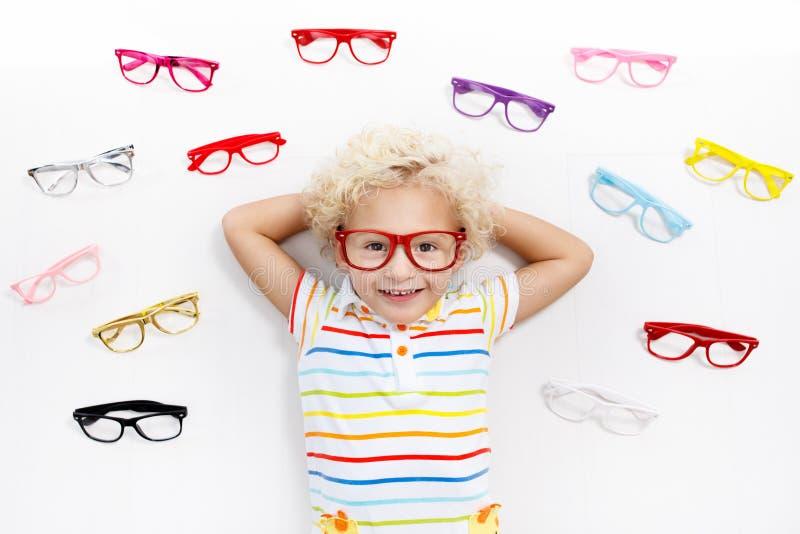 Dziecko przy oko widoku testa dzieciakiem przy optitian Eyewear dla dzieciaków zdjęcia stock