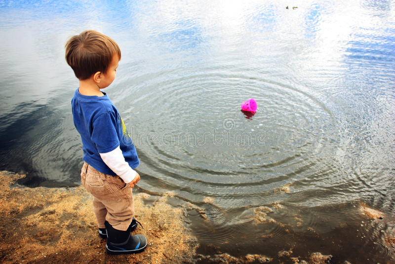 Dziecko przy plażą obrazy stock