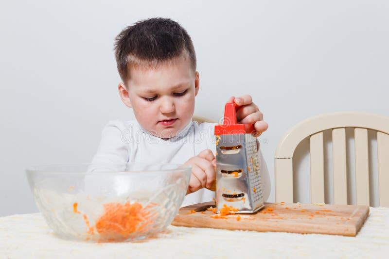 Dziecko przygotowywa sałatki w kuchni fotografia royalty free