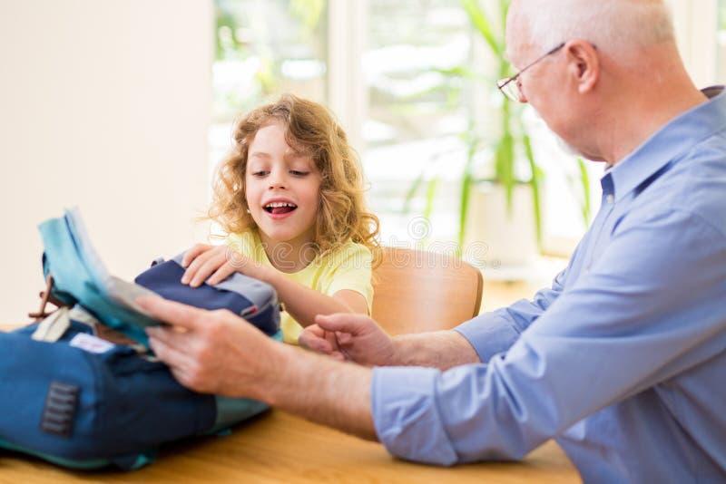 Dziecko przygotowywa wycieczka i robi jego torbie zdjęcia royalty free
