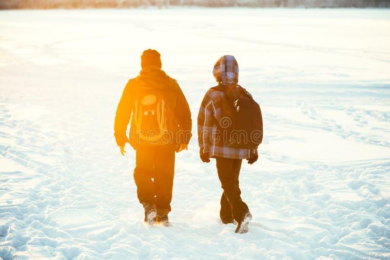 Dziecko przyjaciele chodzi z szkolnymi plecakami fotografia royalty free