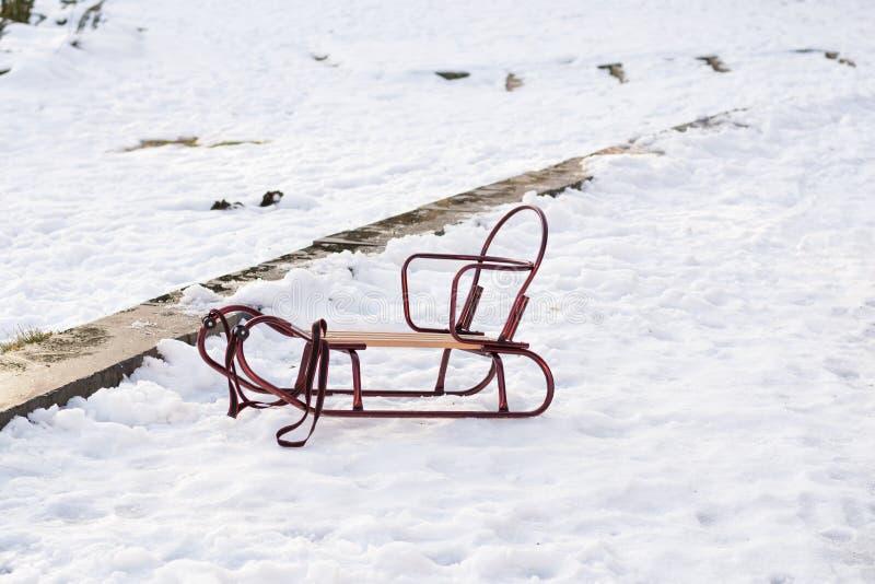 Dziecko pusty kabotażowiec stoi na śniegu w parku w zima słonecznym dniu Czas dla zabawy i szczęścia Rodzinny czasu omijanie obrazy royalty free