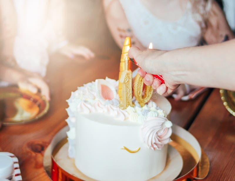 Dziecko ręk małych dziewczynek zasięg dla torta Duża piękna tortowa jednorożec na dziesięć rok urodziny mały Princess dalej obrazy royalty free