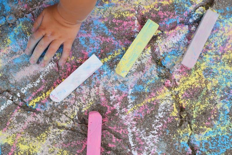 Dziecko ręka na abstrakcjonistycznym kolorowym rysunku zdjęcie royalty free