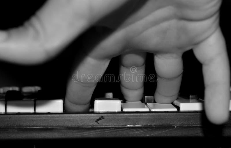 Dziecko ręka na klawiaturze instrument zdjęcie royalty free