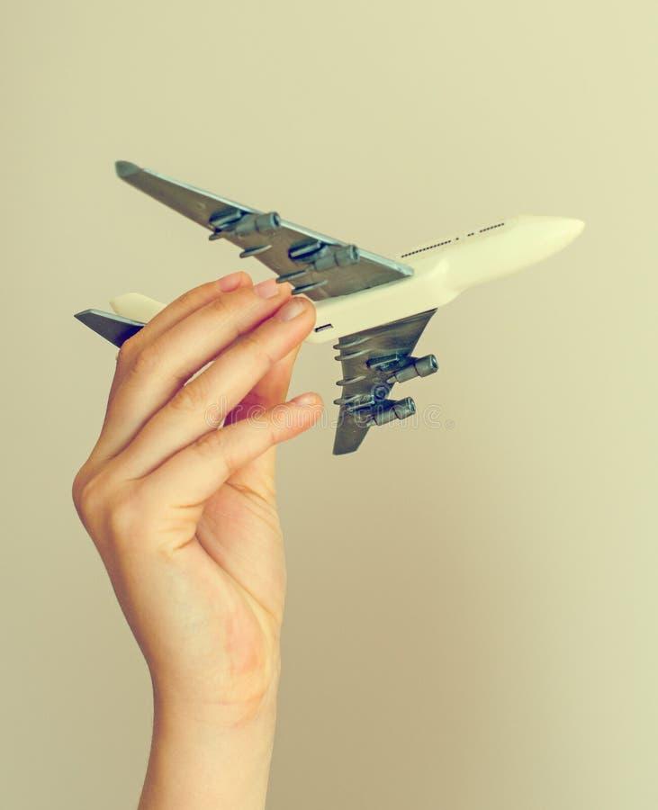 Dziecko ręka trzyma wzorcowego samolot zdjęcia royalty free