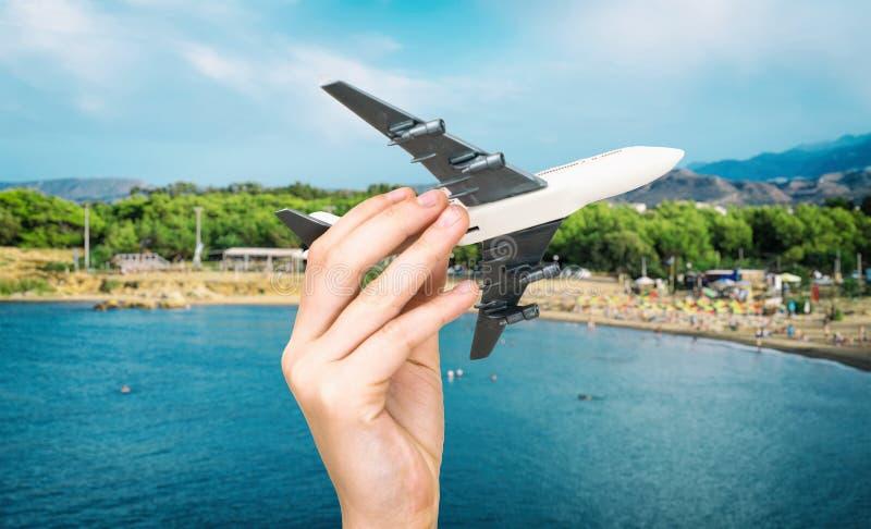 Dziecko ręka trzyma wzorcowego samolot obraz royalty free