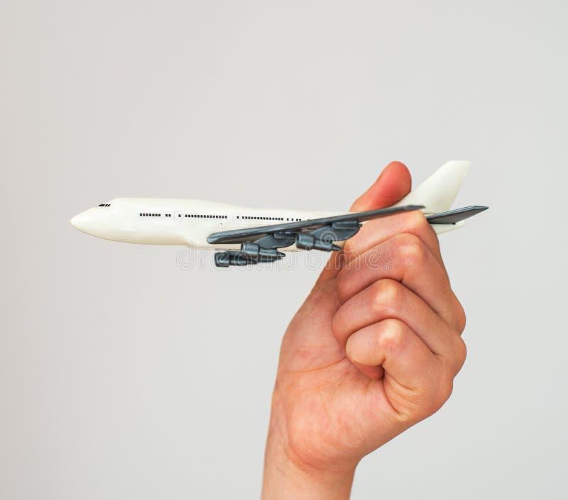 Dziecko ręka trzyma wzorcowego samolot fotografia stock