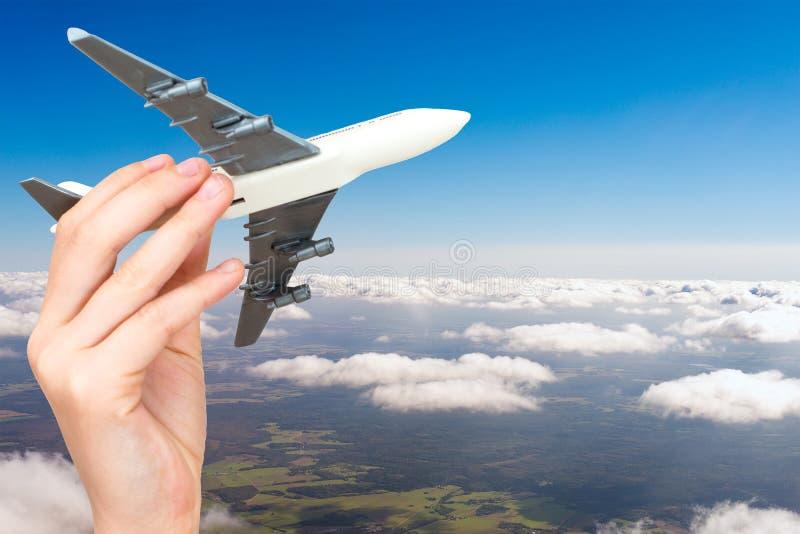 Dziecko ręka trzyma wzorcowego samolot fotografia royalty free