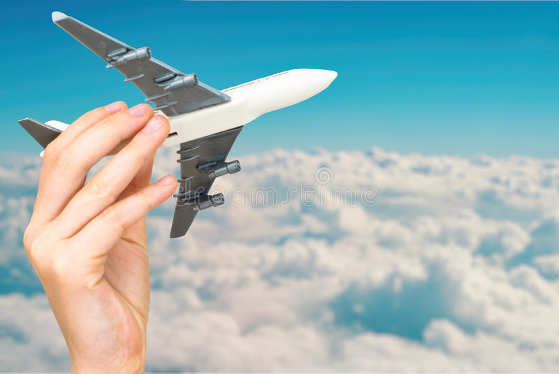 Dziecko ręka trzyma wzorcowego samolot obrazy stock
