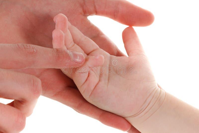 Dziecko ręka w macierzystym ręka palcu dziecko jej mama Szczęśliwej czułości Rodzinny pojęcie Piękny konceptualny Macierzyński obraz royalty free