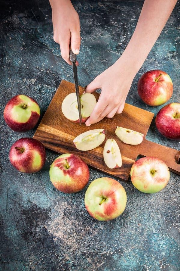 Dziecko ręki cią jabłka na drewnianej desce Jesieni ?niwo obraz royalty free