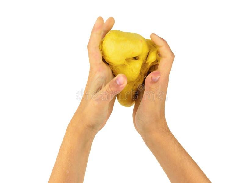 Dziecko ręki gniosą gomółki odizolowywającej na białym tle żółty wapno obraz royalty free
