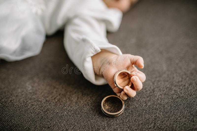 Dziecko ręki mienia złota obrączka ślubna fotografia stock