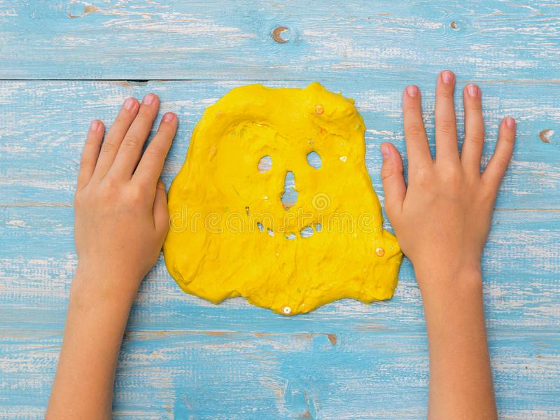 Dziecko ręki na stole obok twarzy kolor żółty śluzowacieją obrazy royalty free