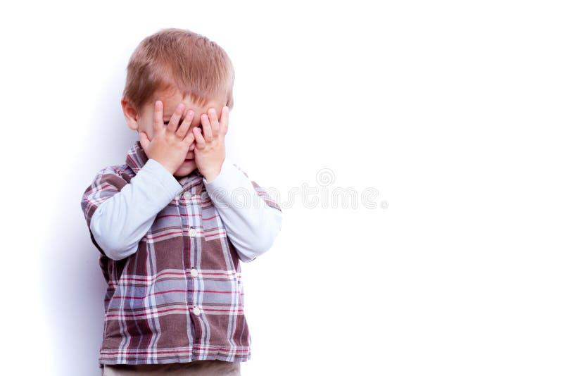 Dziecko ręki na twarzy i pozycja zdjęcie royalty free