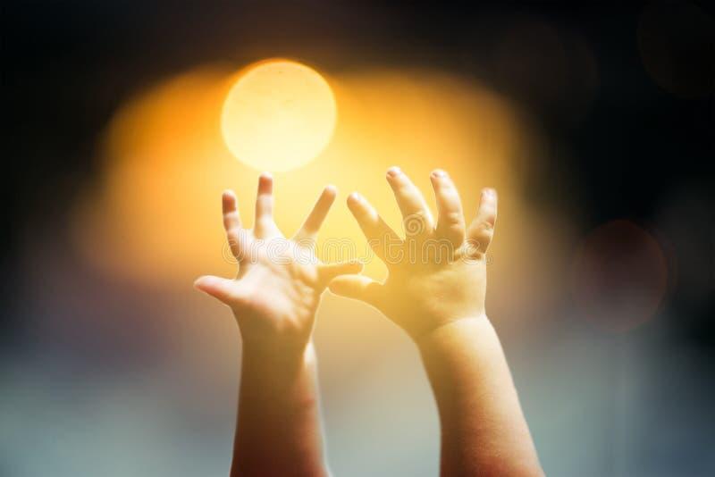 Dziecko ręki podnosić obrazy stock