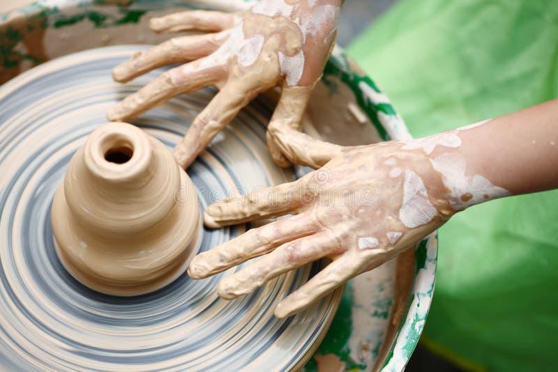 Dziecko ręki robi garncarstwu zdjęcia royalty free