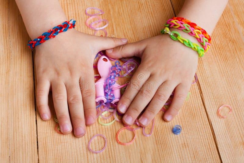 Dziecko ręki z gumowymi zespołami zdjęcia royalty free