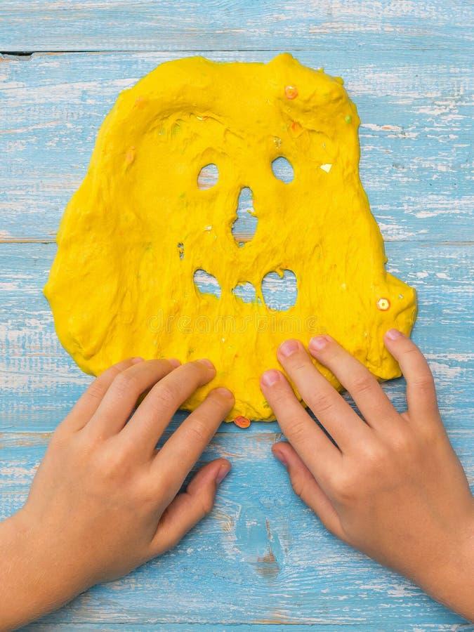 Dziecko remisów zęby na twarzy kolor żółty śluzowacieją na drewnianym stole zdjęcie royalty free