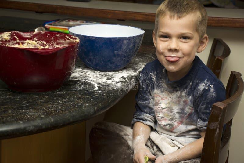 Dziecko robi bałaganu pieczeniu z mamą fotografia stock
