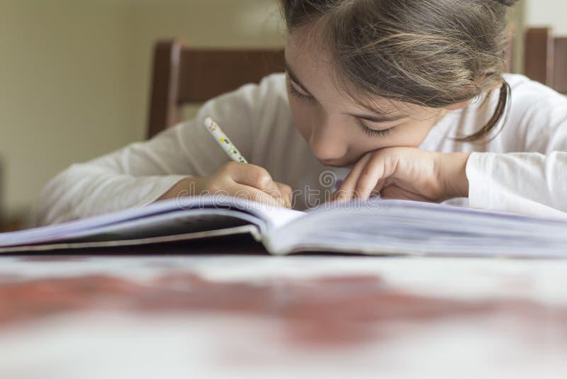 Dziecko robi dziury i zoomu z jej ręką zdjęcie stock