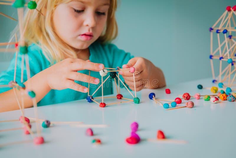Dziecko robi geometrycznym kształtom, inżynierii i trzonowi, fotografia stock