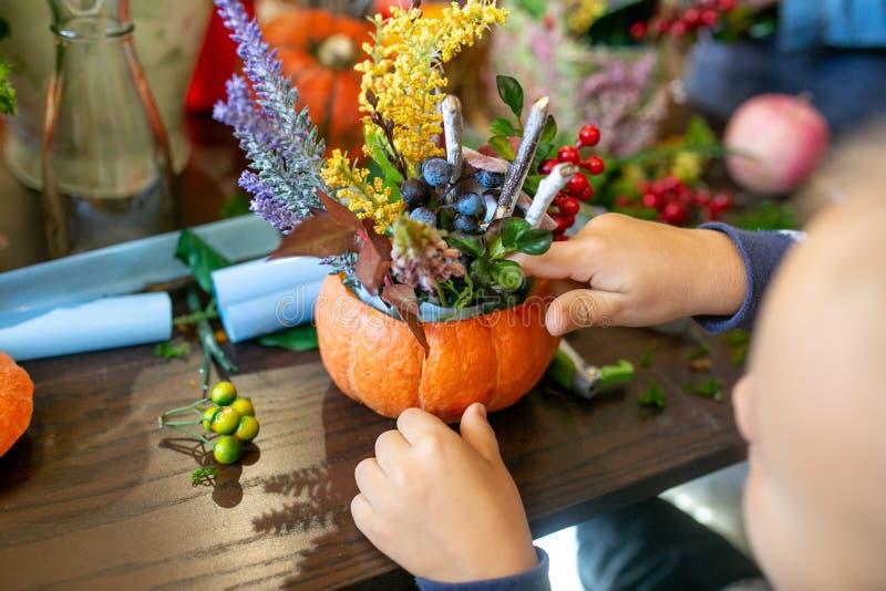 Dziecko robi kwiatu przygotowania w bani na stole obrazy royalty free