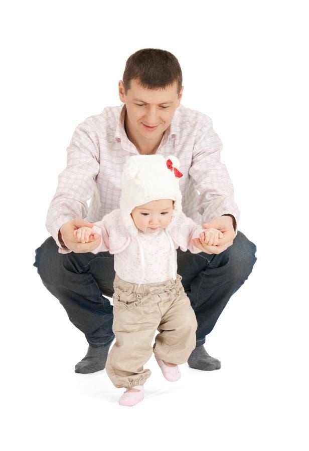 Dziecko robi pierwszym krokom z ojciec pomocą obrazy stock