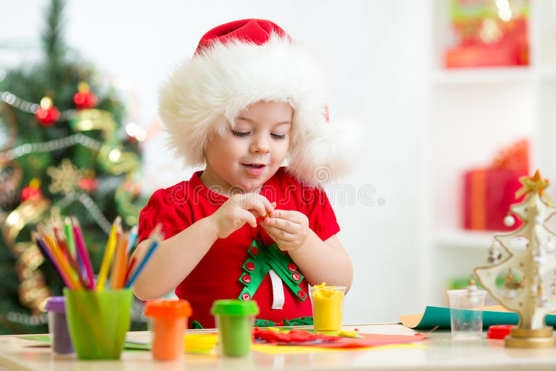 Dziecko robi ręk bożych narodzeń dekoracjami zdjęcia stock