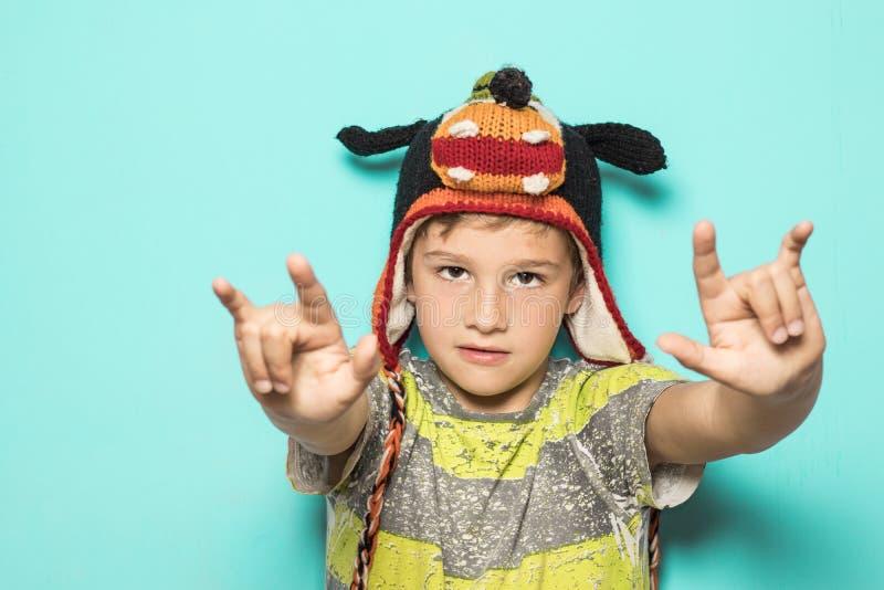 Dziecko robi rogom z śmiesznym kapeluszem obrazy stock