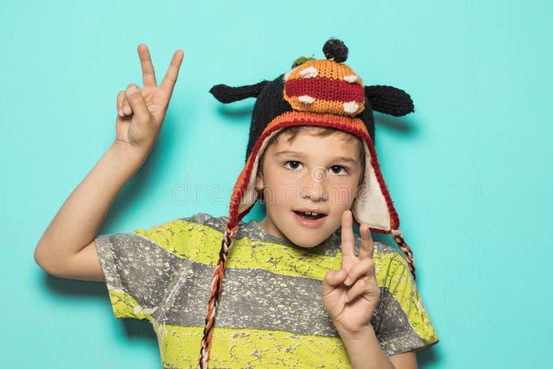Dziecko robi rogom z śmiesznym kapeluszem obraz stock