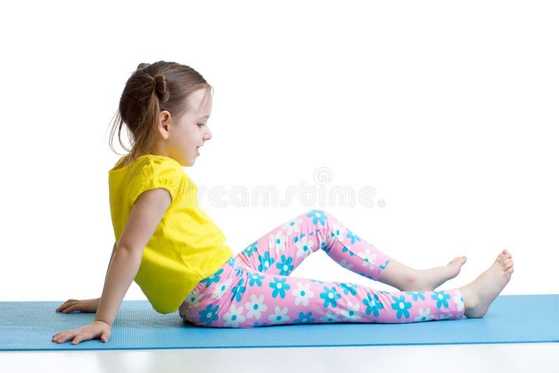 Dziecko robi sprawności fizycznych ćwiczeniom odizolowywającym obraz stock