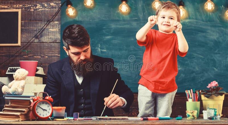 Dziecko rozochocony i nauczyciela obraz, rysuje Utalentowany artysta wydaje czas z synem Sztuki lekci pojęcie Nauczyciel z fotografia stock