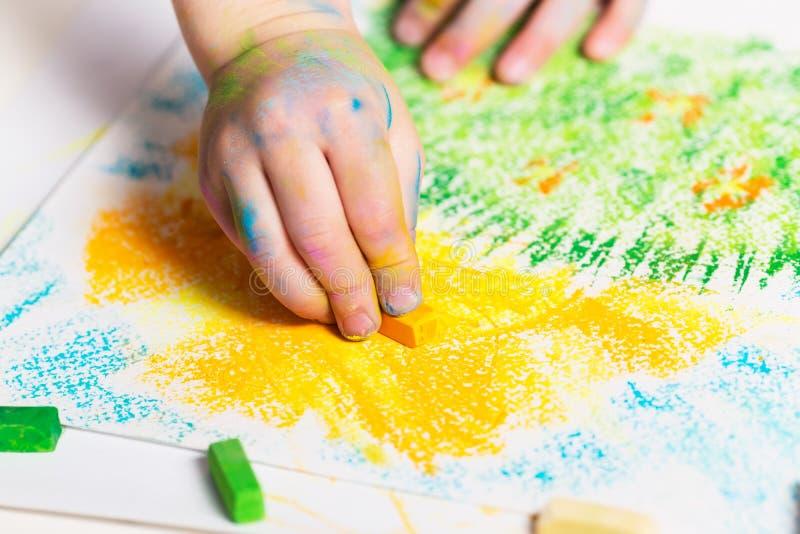 Dziecko rysuje kredki fotografia stock