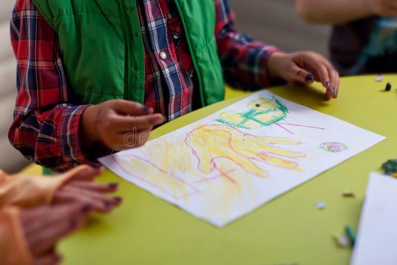 Dziecko rysuje ołówek na papierowej ręce zdjęcia stock