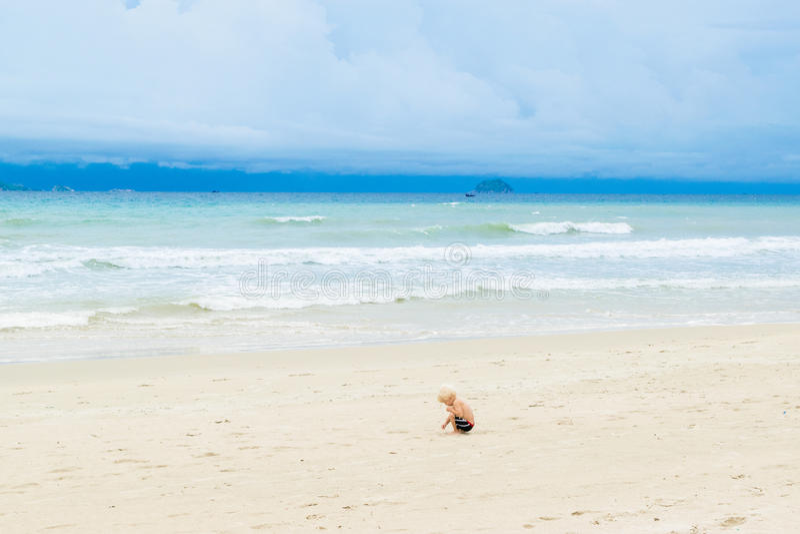 Dziecko rysunek na piasku przy bechem samotnie, Wietnam, Nha-trang obrazy stock