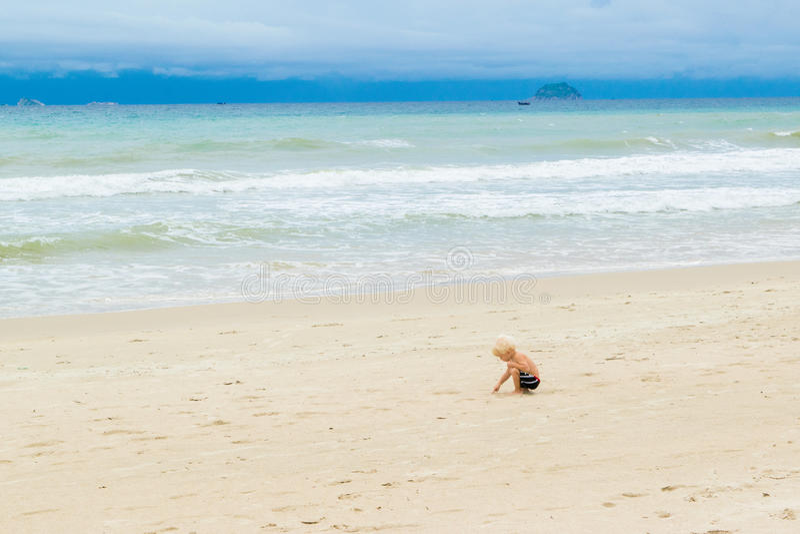 Dziecko rysunek na piasku przy bechem samotnie, Wietnam, Nha-trang zdjęcia stock