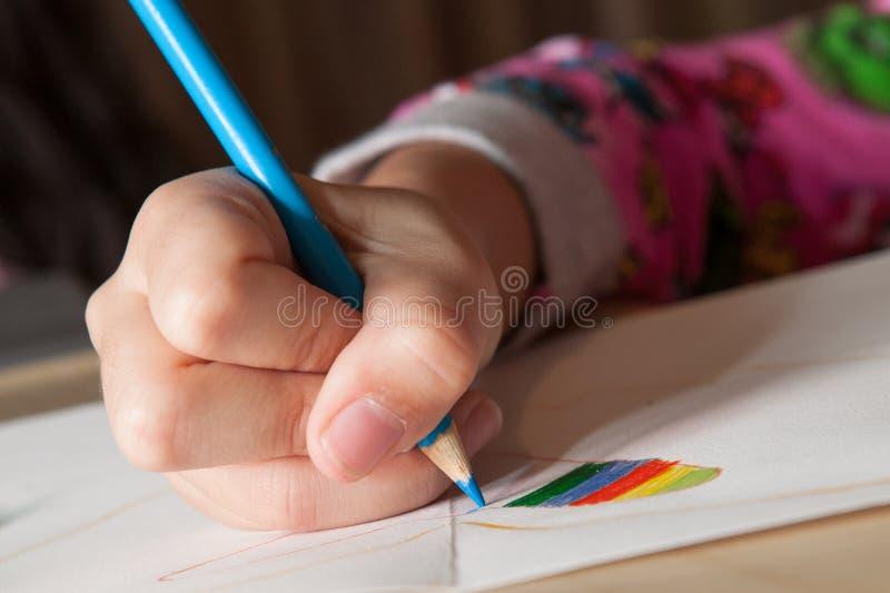 Dziecko rysunek z błękitnym ołówkiem fotografia stock