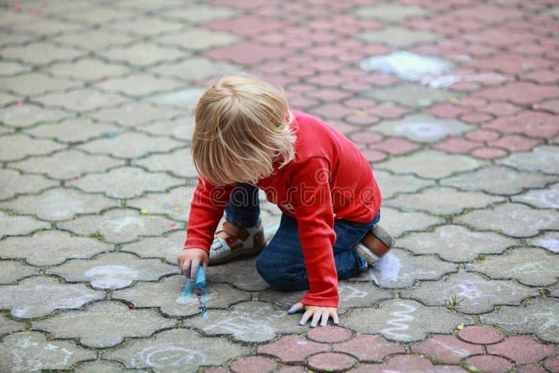 Dziecko rysunek z kredą zdjęcie royalty free