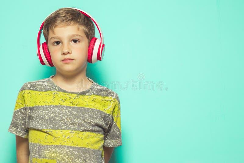 Dziecko słucha muzyka z hełmofonami zdjęcia royalty free
