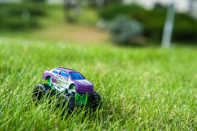 Dziecko samochód w trawie obrazy royalty free