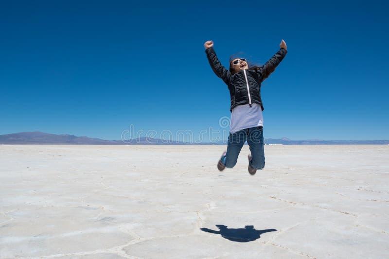 Dziecko skacze na Salinas Grandes obrazy stock