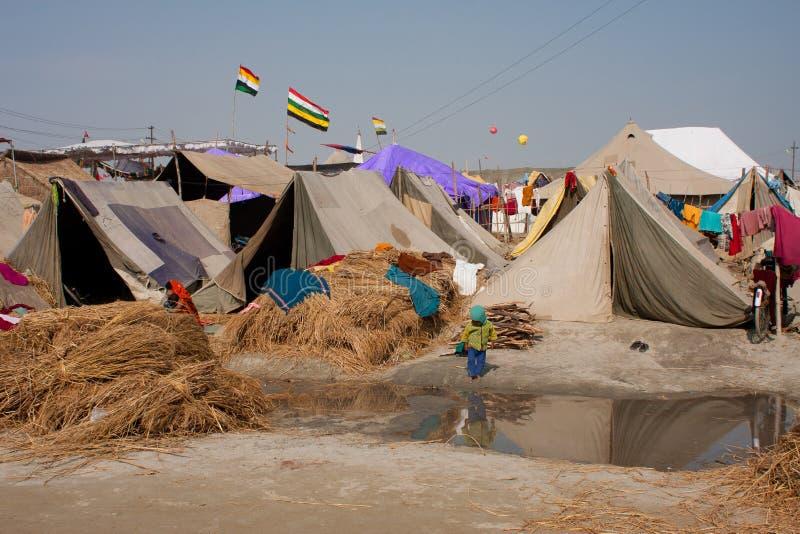 Dziecko spacer przeciw obozowi Kumbha Mela zdjęcia stock