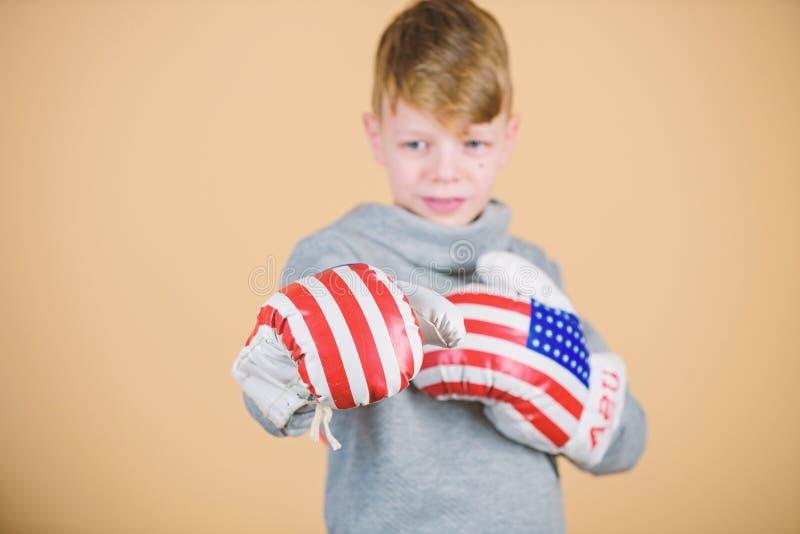 Dziecko sporty atleta ?wiczy bokserskie umiej?tno?ci Bokserski sport Przygotowywa dla zaciera? si? Ufny w jego sile Zaczyna boks obraz stock
