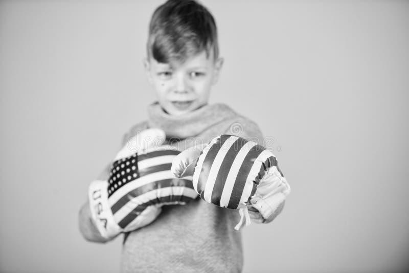 Dziecko sporty atleta ?wiczy bokserskie umiej?tno?ci Bokserski sport Przygotowywa dla zaciera? si? Ufny w jego sile Zaczyna boks fotografia stock